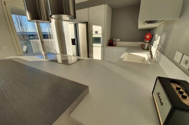 Il bianco aiuta a mettere in risalto un elemento di arredo colorato o di un materiale naturale creando soluzioni di grande eleganza.